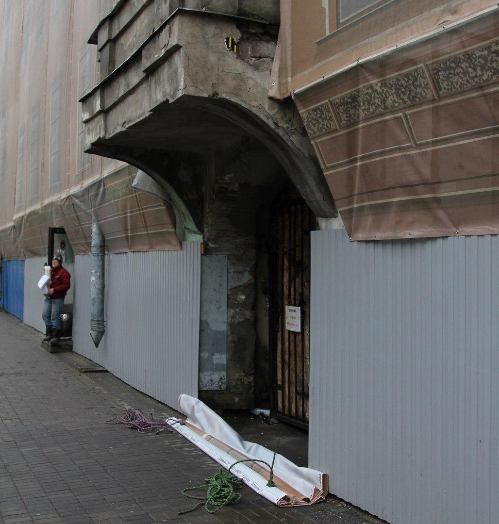 Мариинский театр закрыл мемориальную доску Лермонтову на Садовой улице, установленную активистами