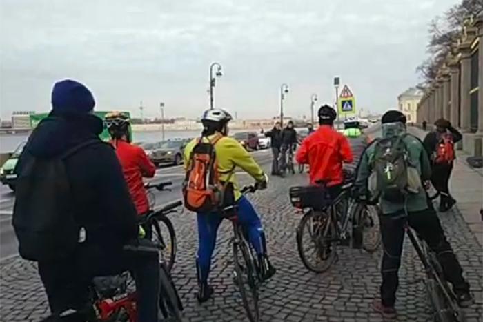 Петербургские велосипедисты устроили пробег в защиту велодорожек. Они проехали по набережной Фонтанки и Петроградской стороне
