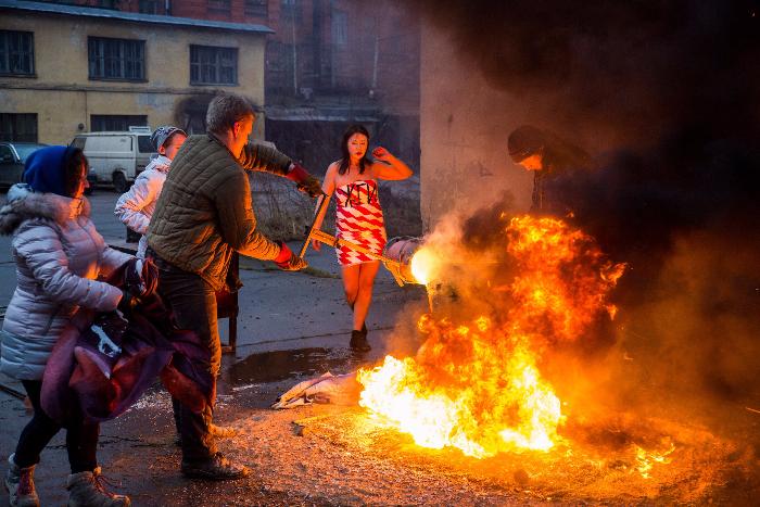 Петербургские феминистки сожгли кимоно с надписями «Выйди замуж!» и «Будь матерью» и залили расплавленной бронзой символ члена