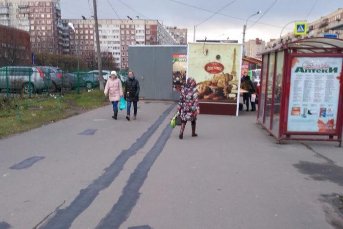 Петербуржцы пожаловались, что велополоса на Луначарского упирается в ларек. Чиновники закрасили велополосу
