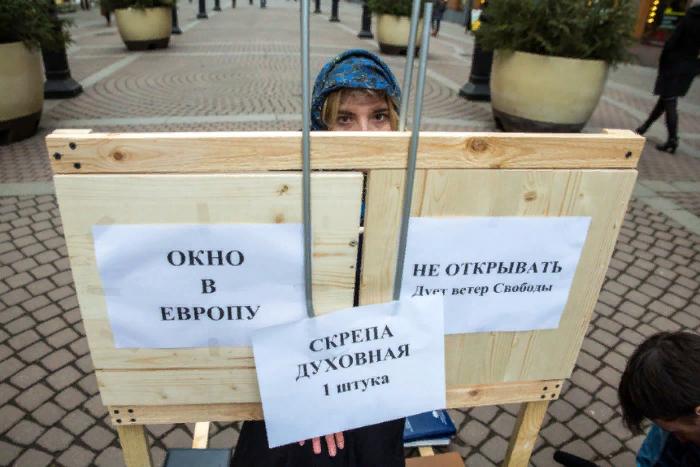 «Окно в Европу, не открывать»: на Малой Садовой прошла акция в поддержку ЕУ по мотивам сказки «Морозко»