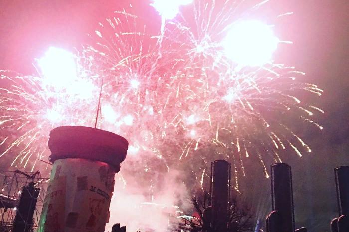 «Аврора» дает залп с фасада Зимнего дворца под рэп Басты. Десять фото и видео с петербургского Фестиваля света