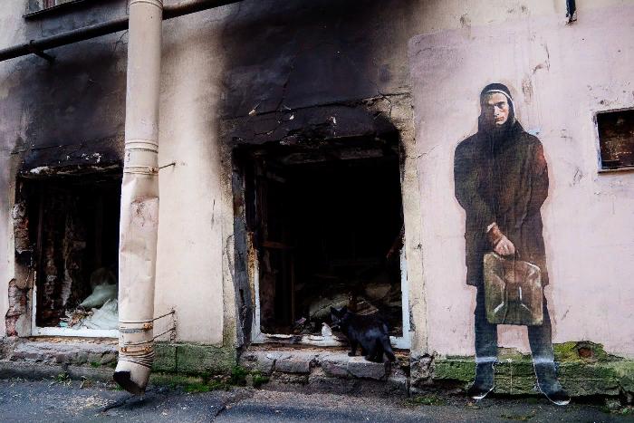 «Место главного акциониста России опустело»: на Лиговском появился стрит-арт с поджигающим заброшенное здание Павленским
