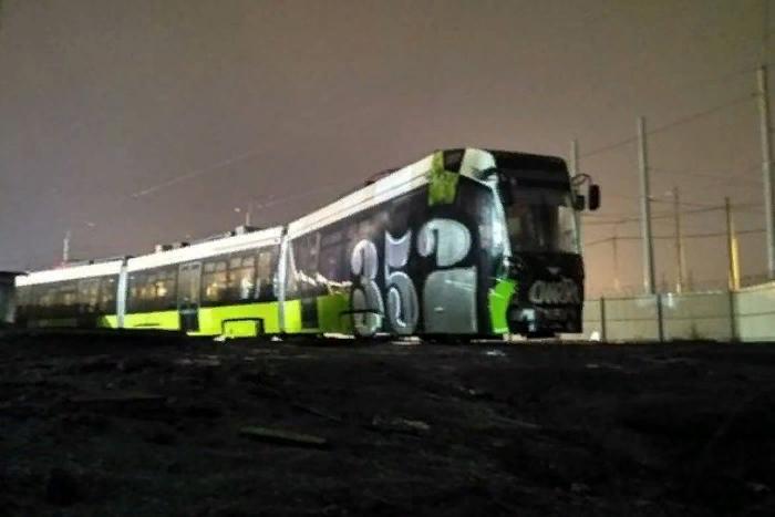 Новый петербургский трамвай «Чижик» изрисовали граффити. Состав стоял в депо и еще ни разу не выезжал в город