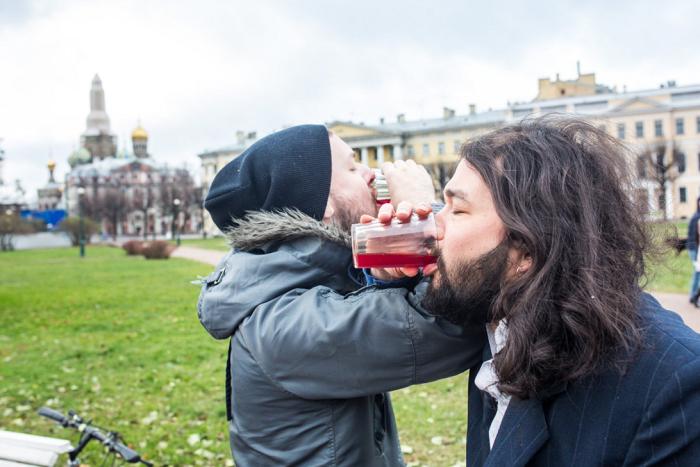 Петербургские активисты взяли друг у друга кровь, смешали ее с водкой и выпили на брудершафт. Акция посвящена проблемам ВИЧ и ЛГБТ