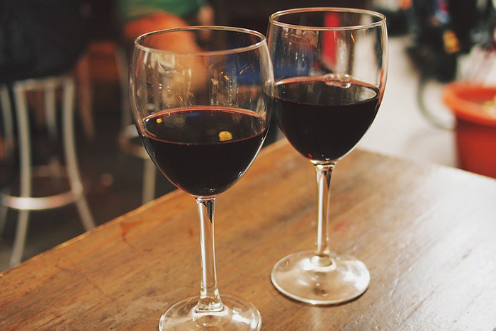 «Растиражированное вино и ощущение праздника»: как производят божоле нуво и с чем его пить. Рассказывают сомелье