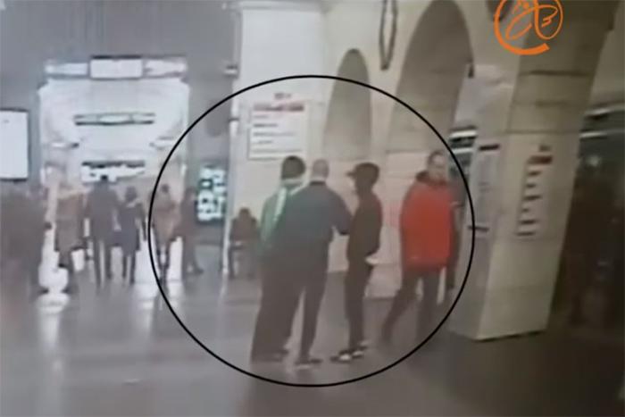 В петербургском метро молодые люди напали на пассажиров с нунчаками и криком «Вагон для русских». Что об этом известно