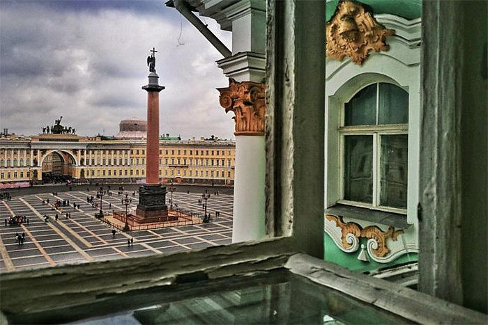 «Снаружи выглядит довольно уныло»: пройдите тест и угадайте петербургские кафе, театры и музеи по отзывам туристов