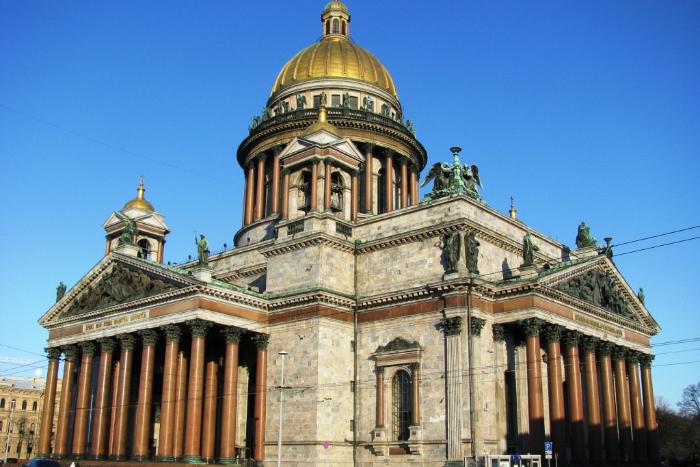 В Исаакиевском соборе заявили, что при нападении витражи не пострадали. Сегодня музей закрыт