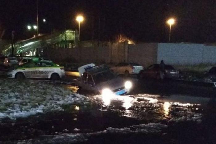 В канаву на Ржевке за полгода провалились около 20 машин и пешеход. Но лентой ее оградили, только когда туда упала машина ДПС. Почему яму до сих пор не заделали и когда решат проблему