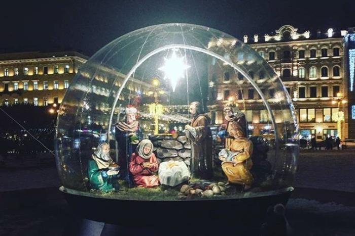 На месте фонтана у Казанского собора установили рождественскую инсталляцию с Девой Марией и Иисусом