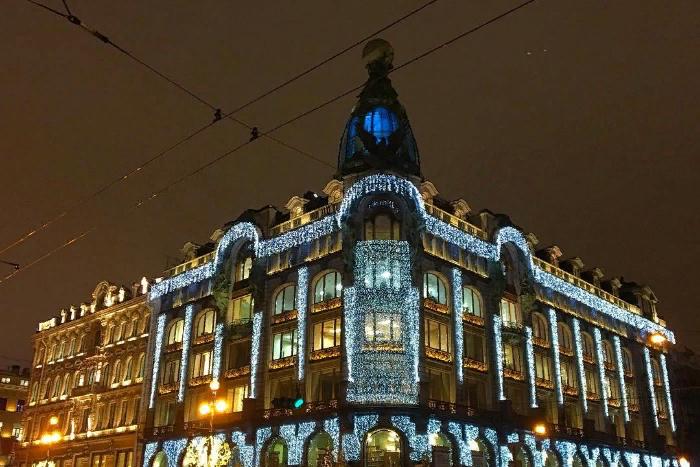 Синие огни на Доме Зингера и горящие «звезды» на деревьях Новой Голландии: как центр Петербурга украсили к Новому году 🌟