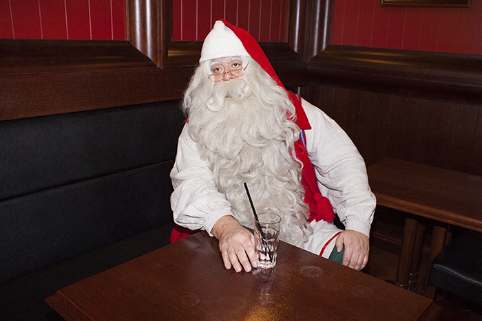 «Тот, кто совсем плохо себя вел, получит старый айфон». Санта-Клаус из Лапландии — о твиттере, встречах с Дедом Морозом и походах в сауну 🎁🎄