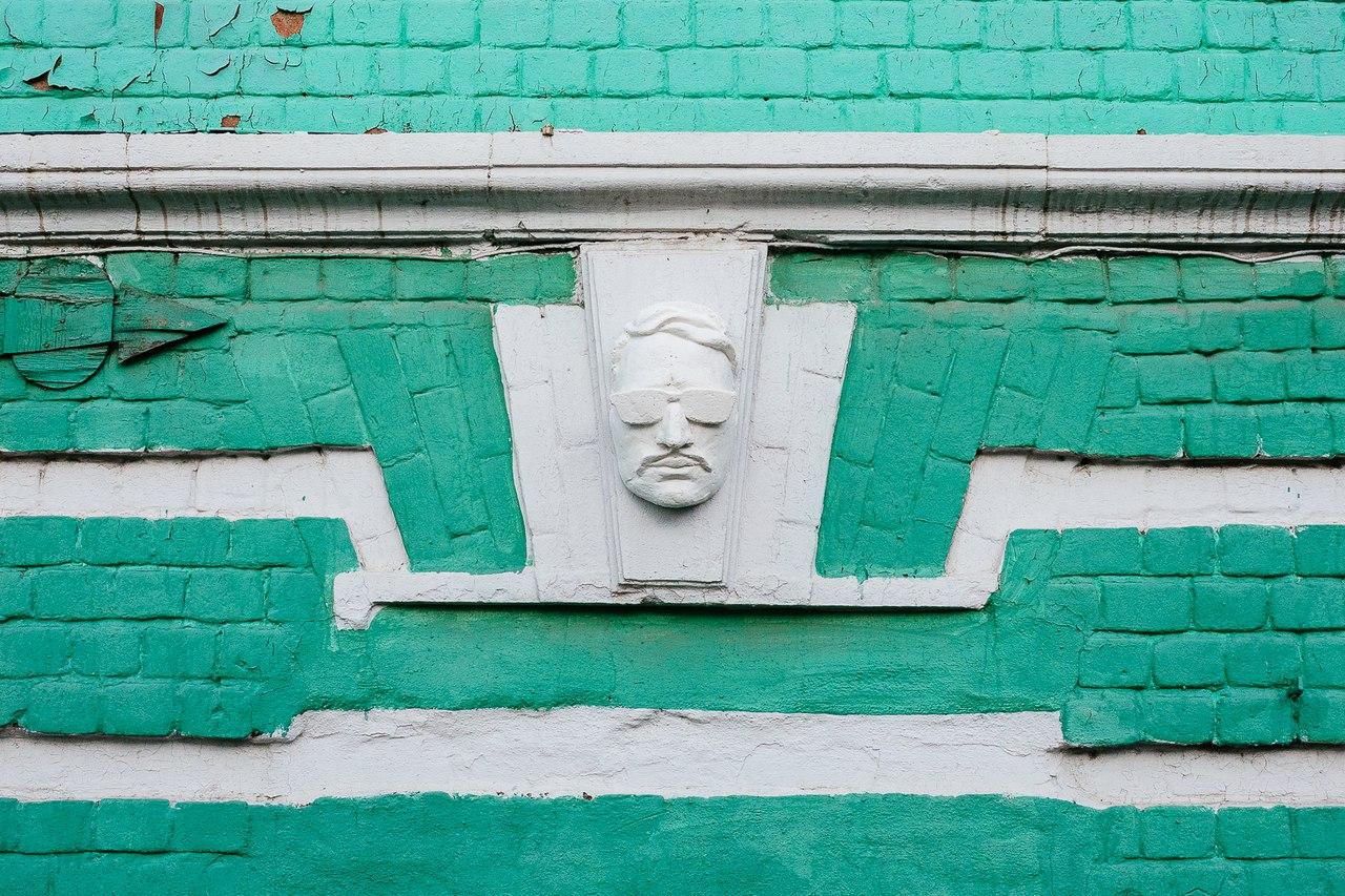 Петербургский художник разместил на фасадах домов маски-автопортреты. Как они выглядят и почему он называет их «антивандальными»
