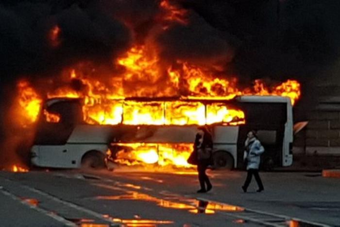 Школьникам, чей автобус сгорел на Васильевском острове, оформляют временные документы