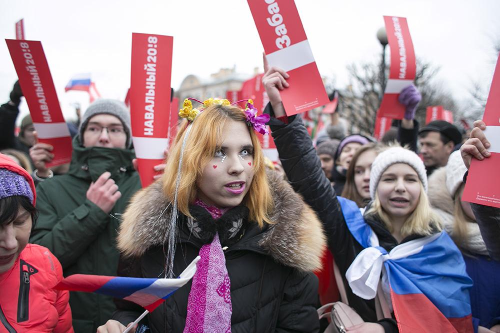 Как тысячи участников протестной акции в Петербурге устроили шествие по Литейному, Фонтанке и Невскому. 30 фотографий с «Забастовки избирателей»