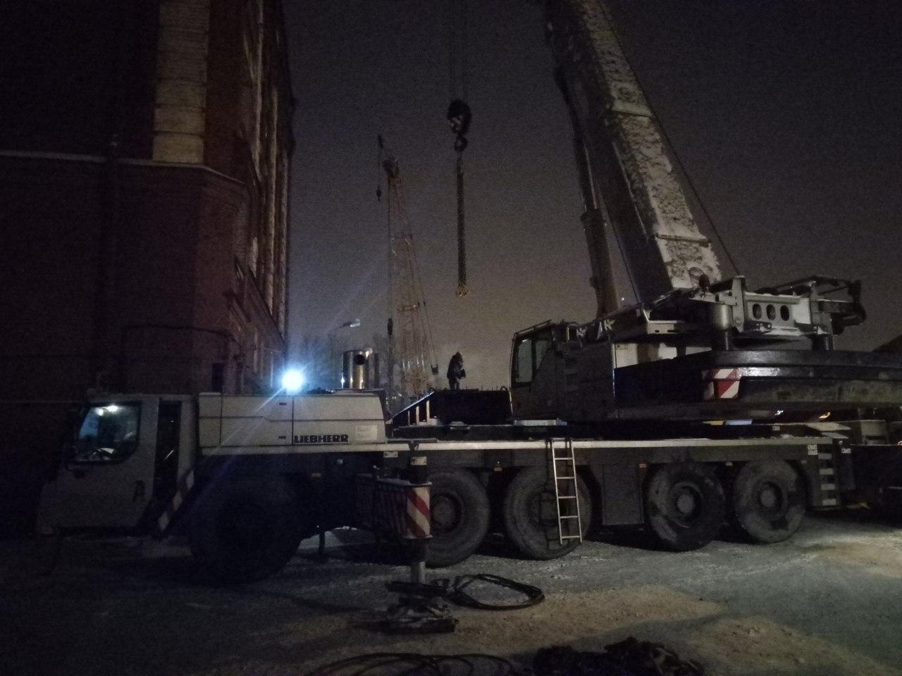 На Ремесленной улице строительный кран заблокировал вход в жилой дом. Рядом со зданием ведут работы над мостом к чемпионату мира