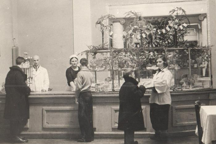 Валютный бар и пирожные перед театром: угадайте знаменитые петербургские заведения поотрывкам из книг и старым снимкам