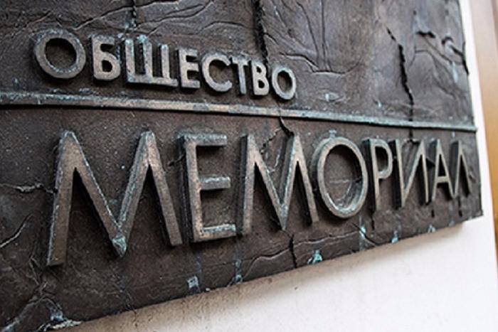 На главу отделения «Мемориала» в Чечне завели дело о хранении наркотиков. Полиция нашла у него 180 граммов «вещества с запахом марихуаны»