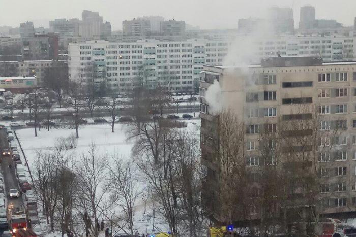 Женщина с ребенком выпрыгнула из окна горящей квартиры на Софийской