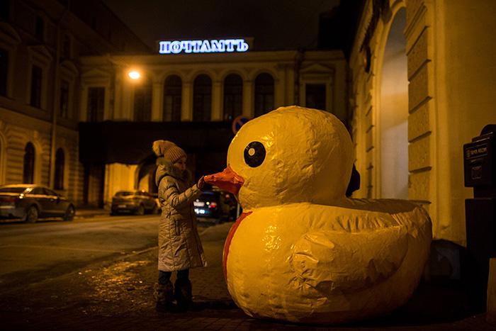 Это большая надувная утка сМарсова поля. Она стала символом антикоррупционного протеста вПетербурге, была задержана полицией, анедавно подала документы в ЦИК