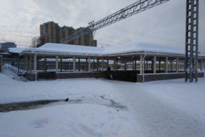 В Петербурге заледенел единственный подземный переход у железной дороги на Удельной. Вместо лестниц там ледяные горки с мусором