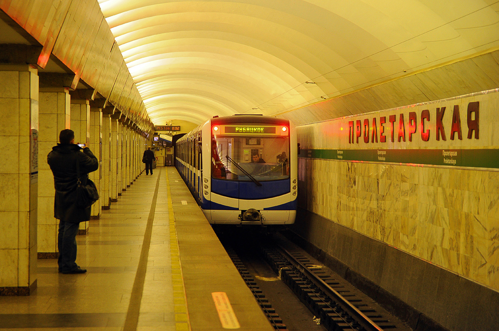 Пассажирка упала на рельсы на станции метро «Пролетарская». Движение поездов приостановили на несколько минут