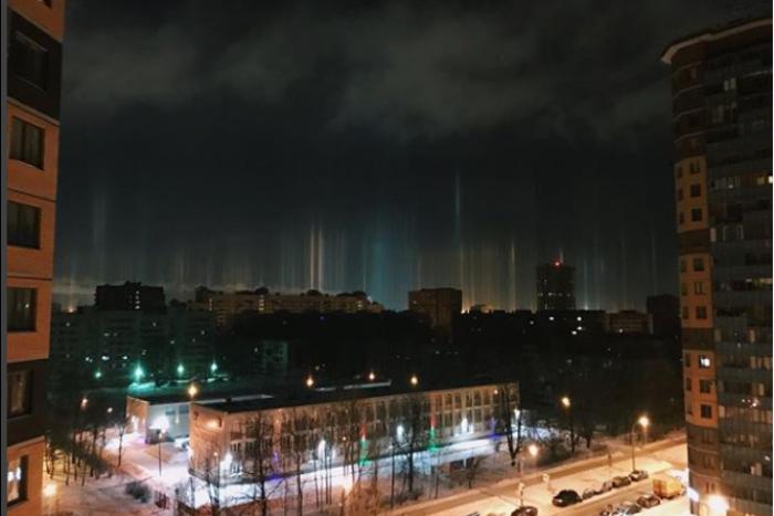 Ночью петербуржцы заметили в городе вертикальные столбы света. Десять фотографий