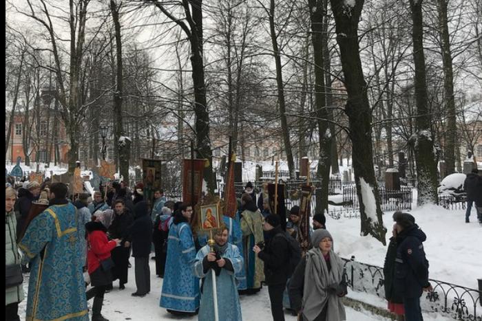 В Петербурге прошел молодежный крестный ход. После него участникам читают лекцию «Как создать семью»