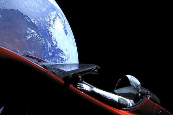 SpaceX запустила в космос ракету савтомобилем Tesla. Он будет летать вокруг Солнца под песню Боуи
