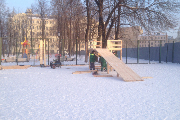 В Овсянниковском саду, где дети защищали снежную горку от коммунальщиков, построили деревянную горку