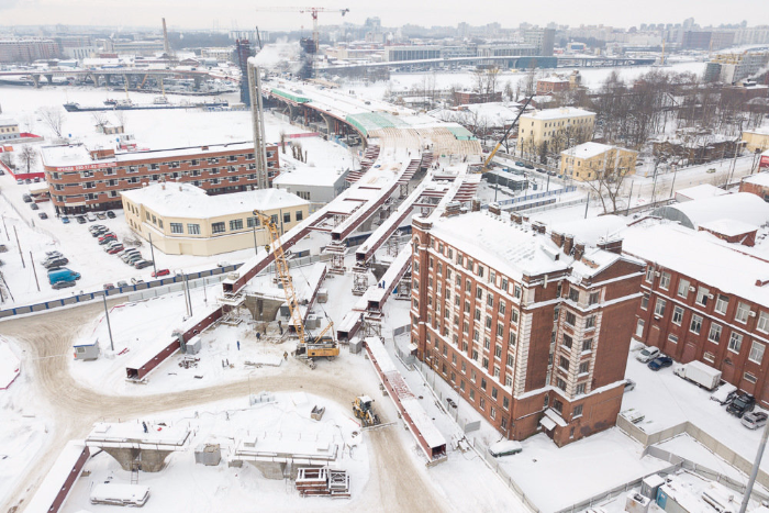 Представьте, что в полуметре отвашего дома строят шестиполосный мост. В таком доме живут люди в Петербурге: 12 кадров