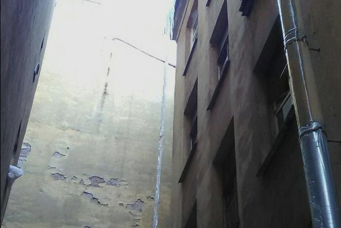 В Адмиралтейском районе сбили сосульку высотой в три этажа