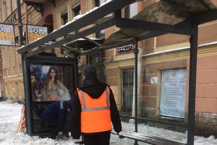 Во время уборки льда у Московского вокзала сбитые сосульки проломили крышу автобусной остановки