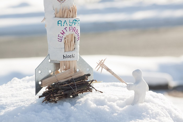 Художник Hioshi создал мини-инсталляцию о Роскосмосе, поджигающем ракету на Масленицу