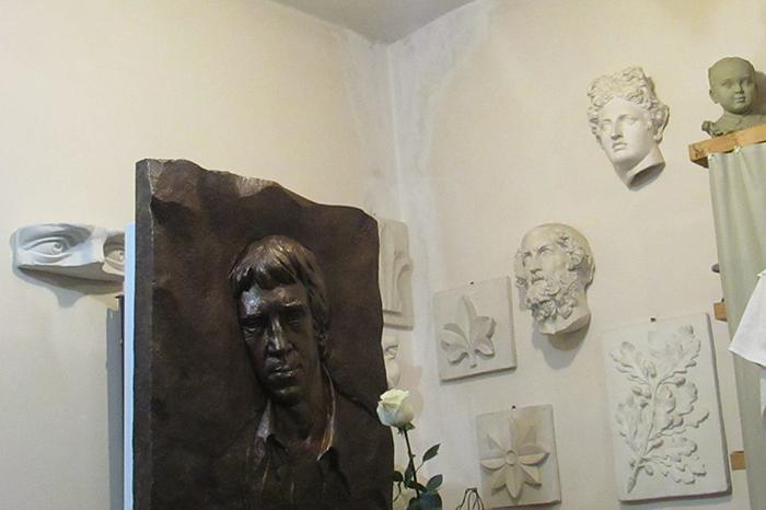 Как в Петербурге 30 лет пытаются установить мемориальную доску Высоцкому и от каких вариантов заэти годы отказались
