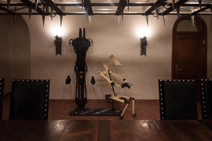 Петербургский художник Hioshi создал «робота», который бесконечно листает соцсети в смартфоне. Он установил его в офисе «ВКонтакте»
