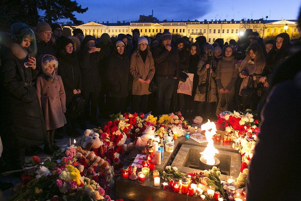 «Дети, простите нас, взрослых»: как в Петербурге прошли акции памяти на Дворцовой площади и Марсовом поле. 20 фотографий