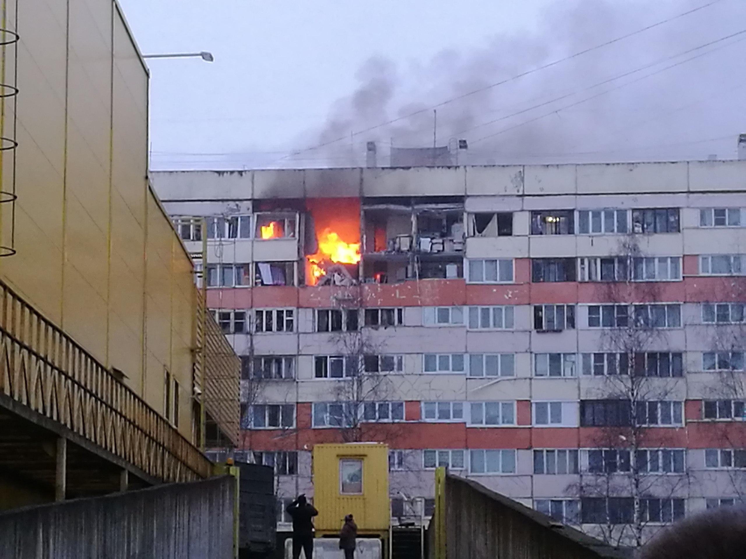 В Петербурге в жилом доме взорвались, а потом загорелись несколько квартир. Последние новости