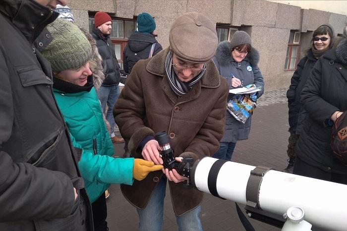 На акции против застройки защитной зоны Пулковской обсерватории прохожим предлагали посмотреть в телескопы