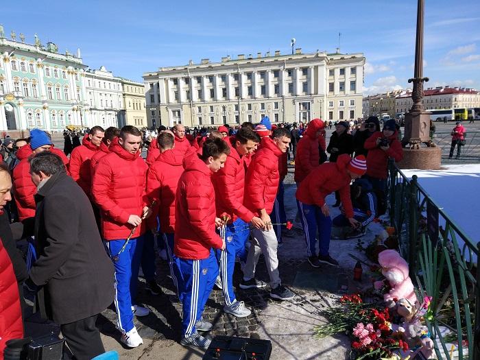 НаДворцовой площади митинг памяти погибших вкемеровском пожаре собрал тысячи петербуржцев