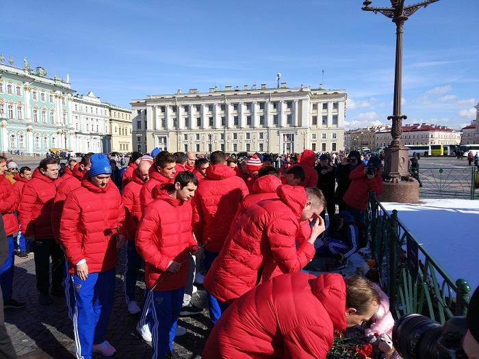 Футболисты сборной Российской Федерации почтили память погибших вКемерово наДворцовой площади