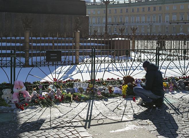 Петербуржцы несут цветы на Дворцовую площадь в память о жертвах пожара в Кемерове. Одна фотография