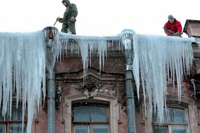 За зиму от падения наледи пострадали 17 петербуржцев, сообщили в СК