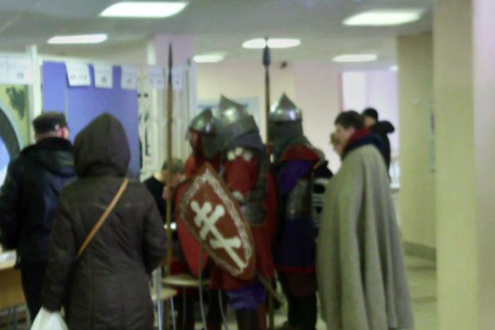 На избирательный участок в Петербурге пришли голосовать рыцари