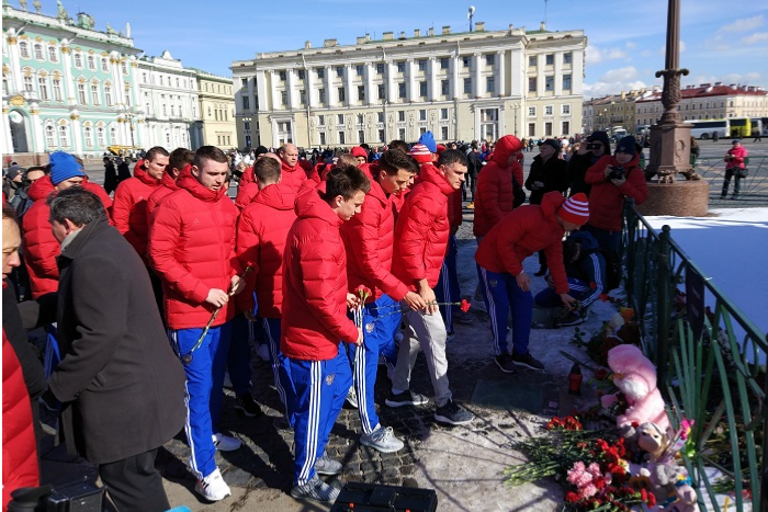 Футболисты российской сборной возложили цветы к мемориалу на Дворцовой. Матч с Францией начнется с минуты молчания в память о погибших в Кемерове