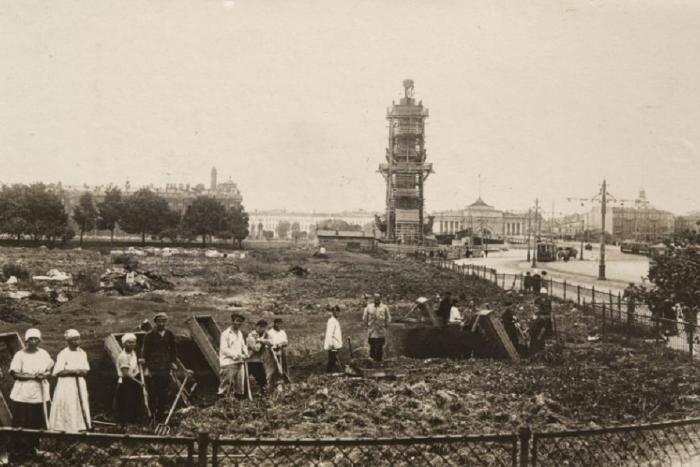 Остановка транспорта с туалетом и перестроенная кирха на Мойке: редкие фотографии Ленинграда начала XX века