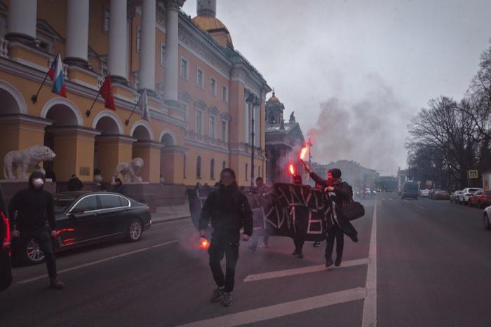 Петербургские активисты накануне выборов развернули у Исаакиевского собора баннер «Наш кандидат — русский бунт». Четыре человека задержаны. Обновлено