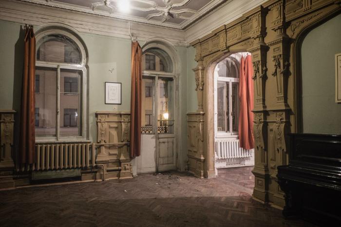 Петербургский фотограф показал, как сейчас выглядит квартира Иосифа Бродского. Три кадра