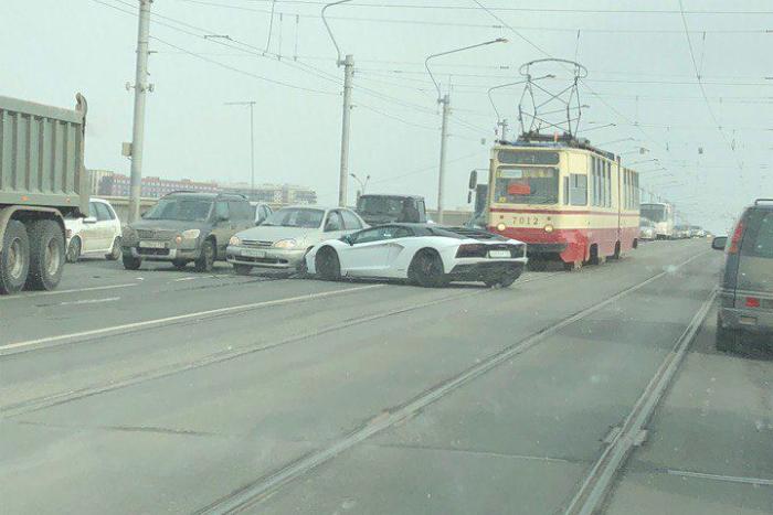На мосту Александра Невского «Ламборгини» столкнулся с трамваем